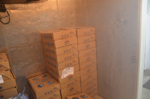 冷凍庫で保管中のイルカの餌